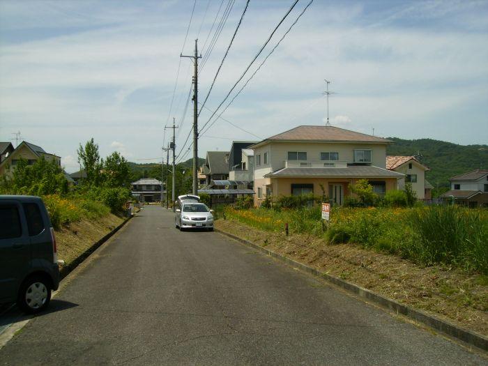 西側6m幅道路、南から撮影