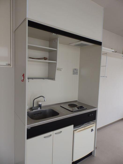 ミニキッチンには小型冷蔵庫もついています