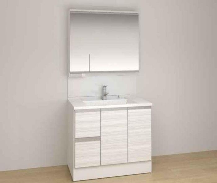 薄型照明が特徴的な洗面台。引出があるので化粧水、クリームなども入れることができます。