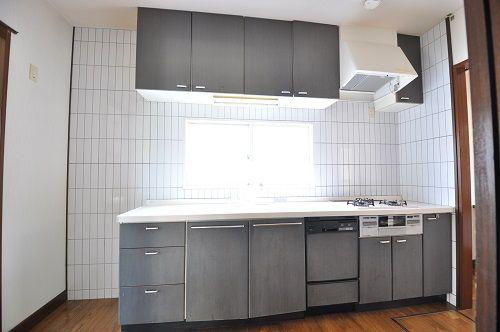 小窓付きで明るいシステムキッチン