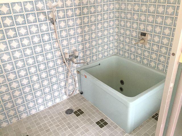 レトロ感ある広めのお風呂。