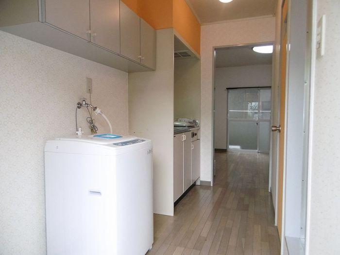 玄関を入れば洗濯機置き場があります。2ドア冷蔵庫・電子レンジはお付けいたします。