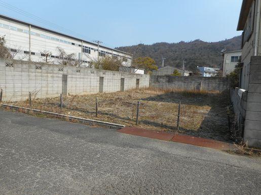 道路から敷地を撮影。