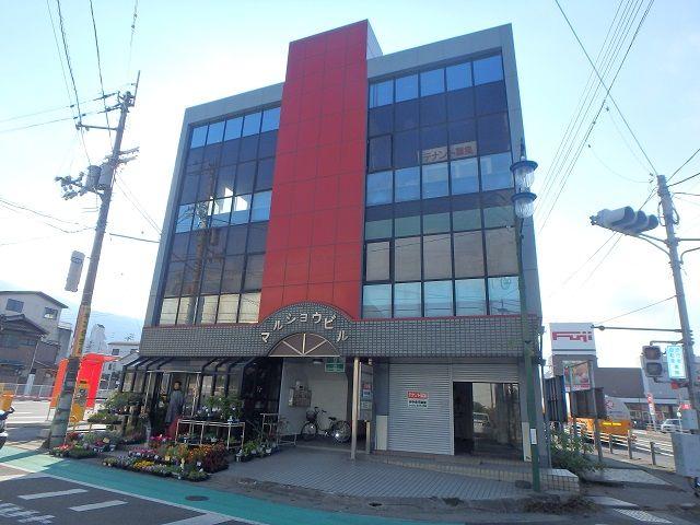 JR伊予三島駅前通りの賑やかで便利な場所です