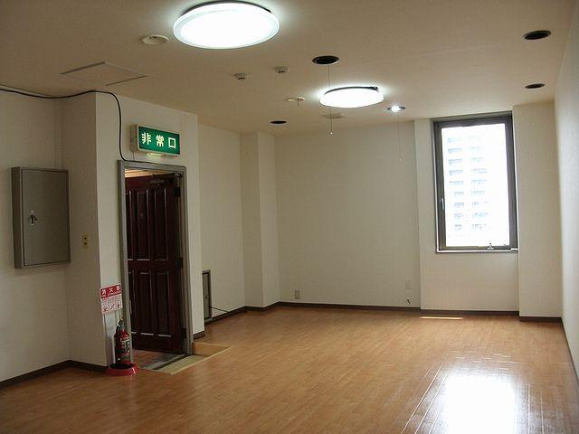 床の仕上げはクッションフロアになります。東側に小窓があります。
