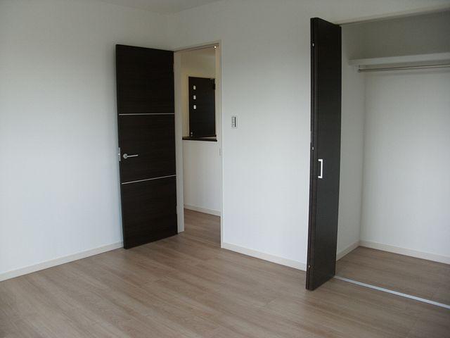 2階:洋室7帖です。シンプルな室内はどんな家具でもなじみます。