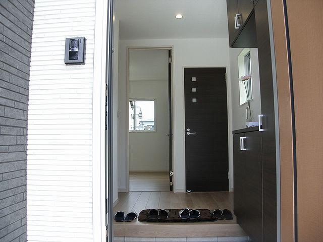 玄関はコンパクトに。扉を閉めればリビングのプライバシーも守られます。