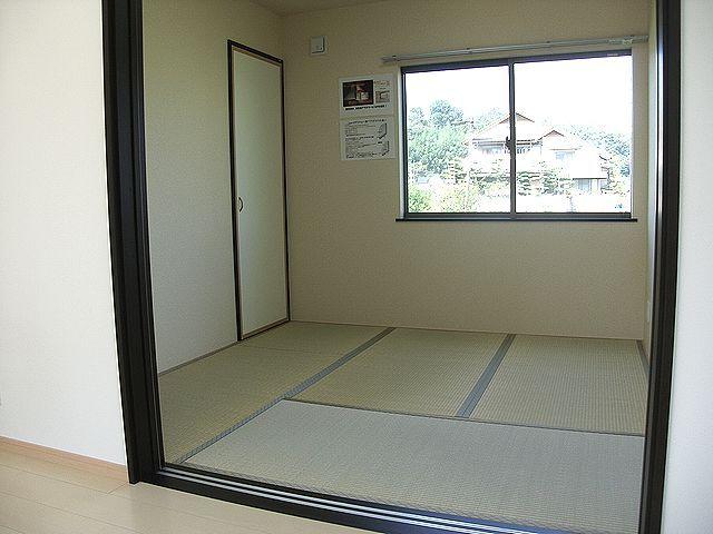 和室は収納があって、おもちゃ部屋にもお昼寝にも。