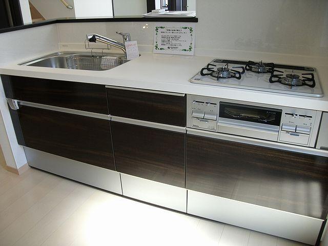 キッチンは使い勝手の良いサイズ。カウンターなのでリビングが見渡せます。