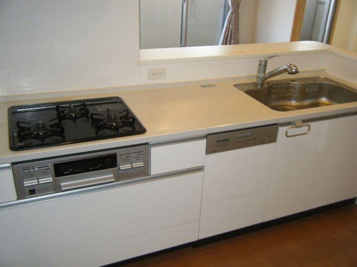 キッチンは食器洗浄機能付き、3口コンロ2017年10月撮影