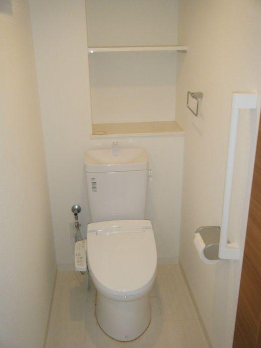 トイレには戸棚もあり便利2017年10月撮影