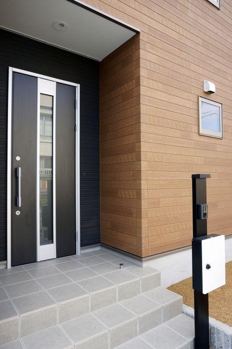 程よく光を取り込むガラスのスリットが入った玄関ドアを採用。