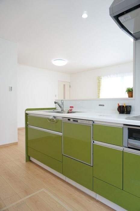 モスグリーンのキッチンがアクセント。家事時短の強い味方。食器洗乾燥機付き。