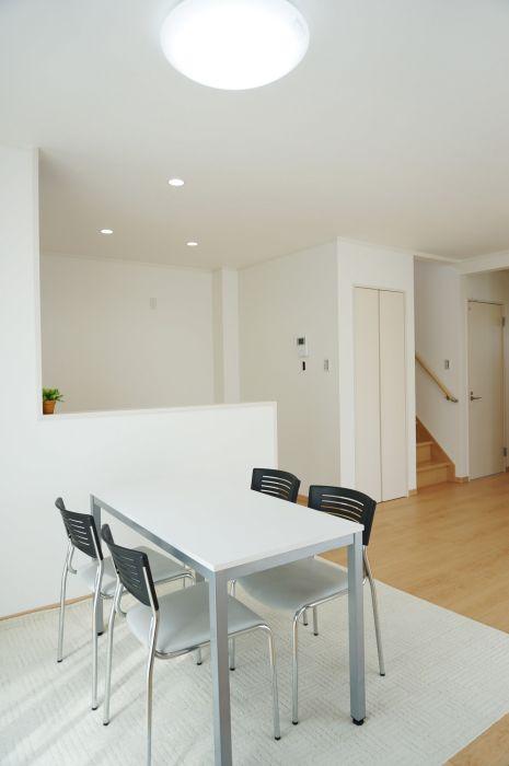 オープンキッチンなので食事の支度もラクラク。キッチン横には便利な物入れを完備。
