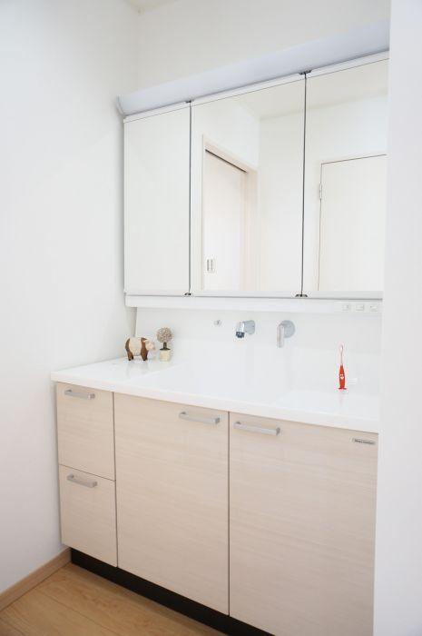 幅広の洗面台は両サイドに物が置けるので便利。また、浸け置き洗いがしやすいスクエア型のボウルや、水アカが付きにくい壁水栓なども嬉しいポイント。