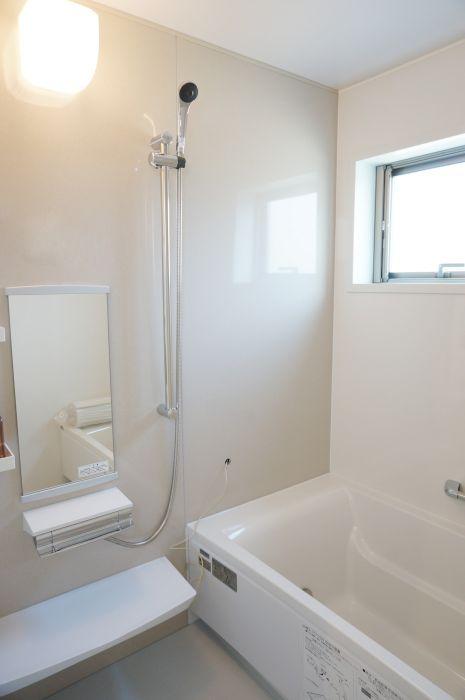 明るい浴室は凹凸が少なく、お掃除がしやすいシンプルなデザイン。