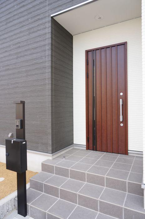あたたかみのある木目の玄関ドアがアクセント。
