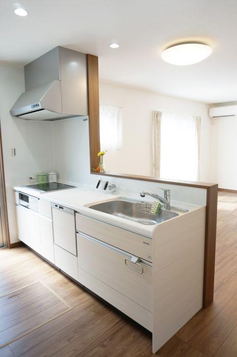 ナチュラルな白の木目のキッチン。家事時短の強い見方。食器洗い乾燥機付き。