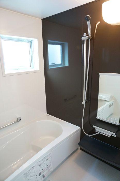 凹凸が少なくお手入れラクラクなシンプルなデザインの浴室。