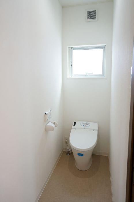 見た目すっきりタンクレスのトイレ。凹凸が少ないのでお手入れもササッとひと拭きでOK。