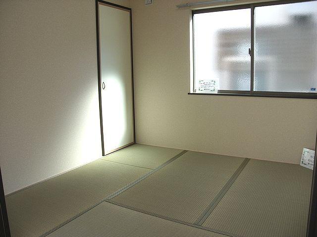 リビングと続きの和室は収納もあるので客間として使えます。