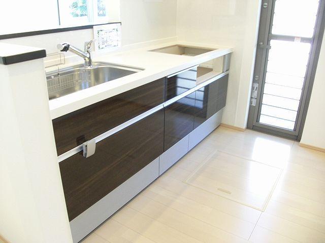 キッチンは使い勝手の良いシステムキッチン。オプションで電化にもできます。