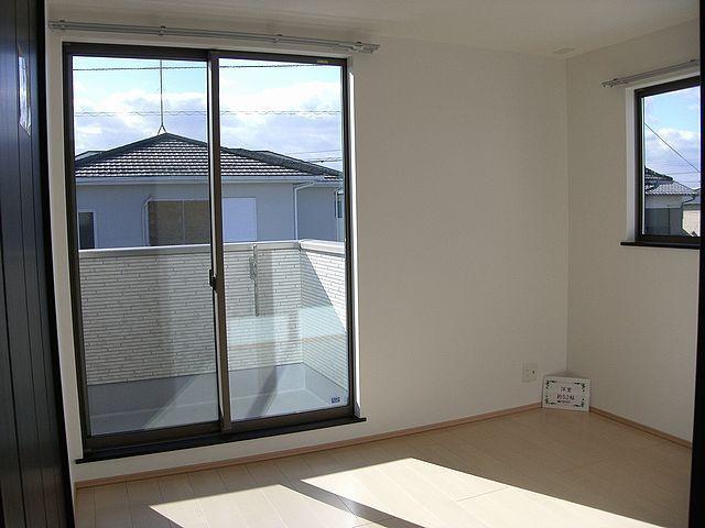 2階は日当たりの良い洋室、ベランダの洗濯物もすぐ乾きそう。