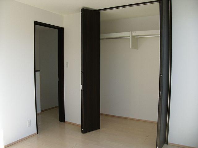 2階洋室はクローゼットにはたくさん入ります。