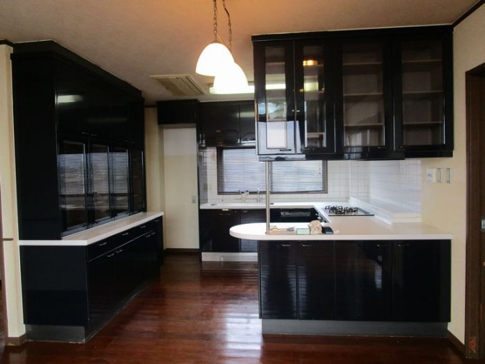 キッチンは3口ガスコンロのシステムキッチンです。
