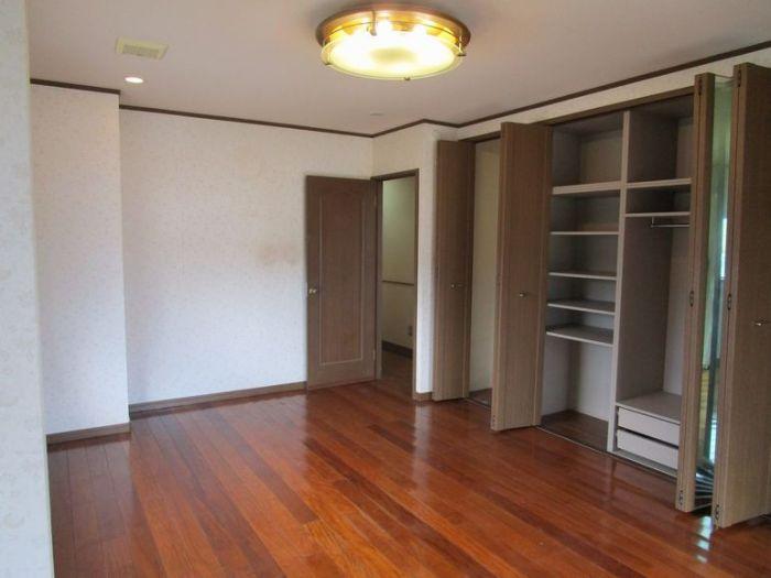 2階洋室8帖も大容量のクローゼット付。