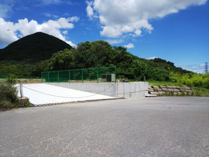 緑のフェンスが映える貸土地約300坪。
