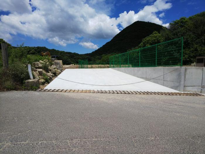 進入口は6.5mもあり、コンクリート敷きで安心。