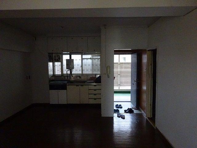 LDKから玄関、キッチン辺りを撮影
