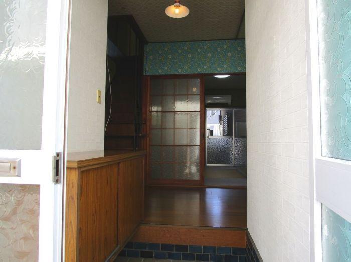 玄関。照明器具付き。
