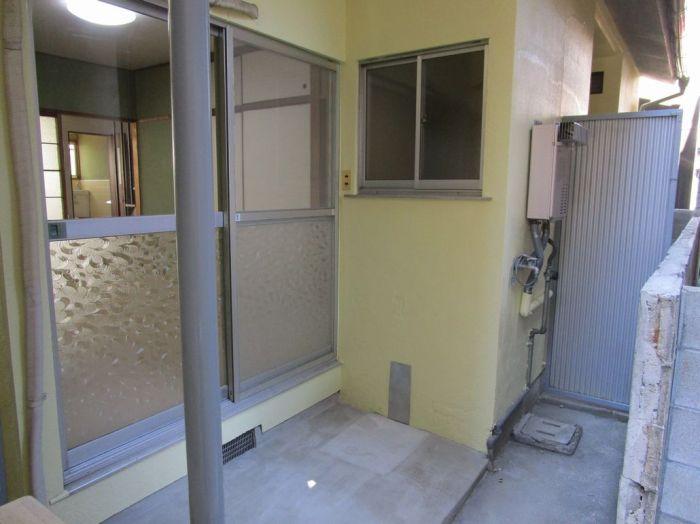 物干しはここで、洗濯機の設置は屋外です。