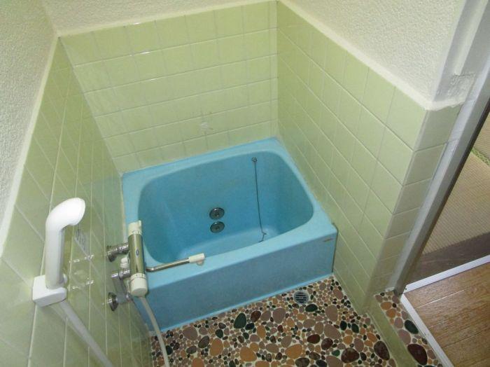 コンパクトサイズの浴室には窓もあります