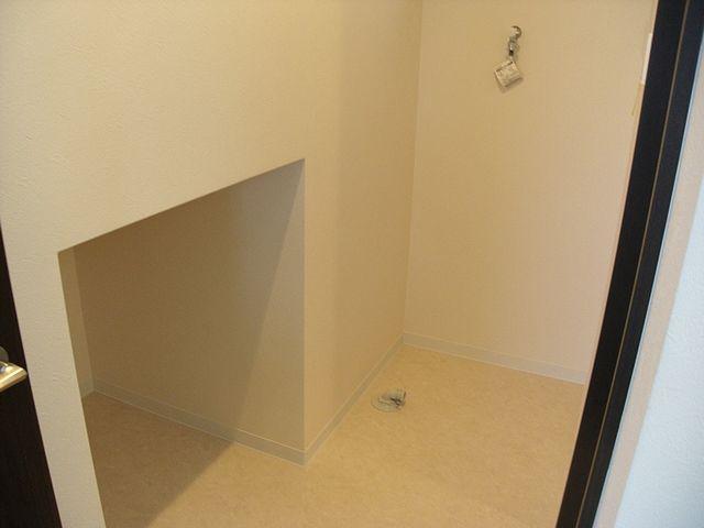 階段下の収納スペース。これは使えます。