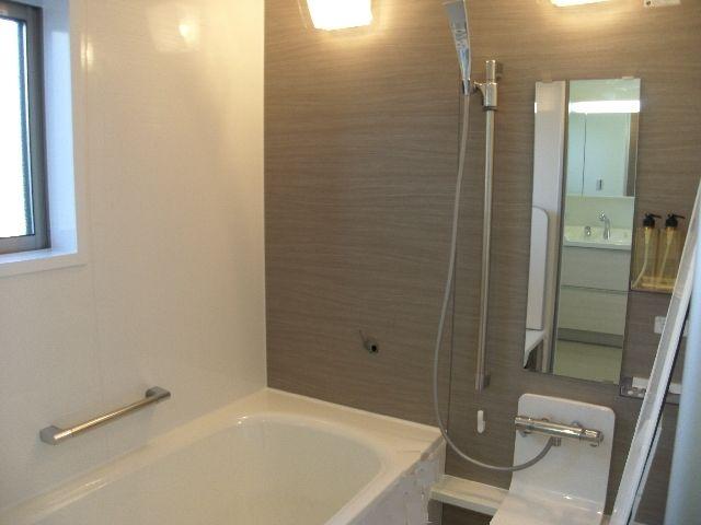 バスルームはやさしい色合い。