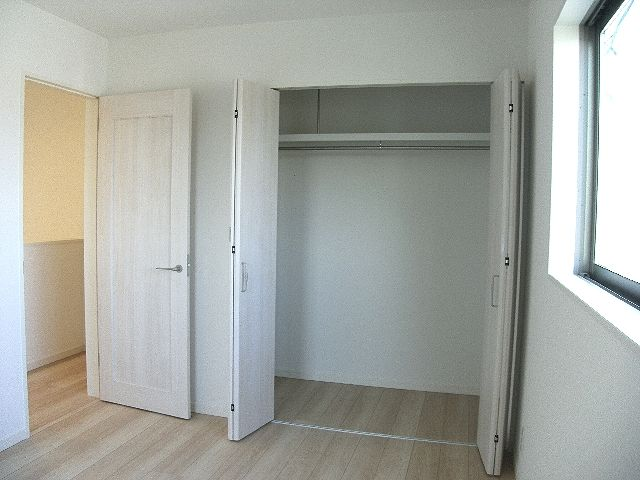 2階洋室大容量収納。