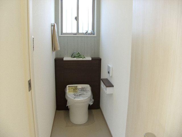 トイレはタンクレスで手洗いにちょっとした工夫。